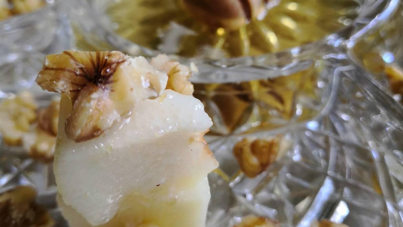 Bocconcini di Pecorino con pere, noci e Miele di Acacia